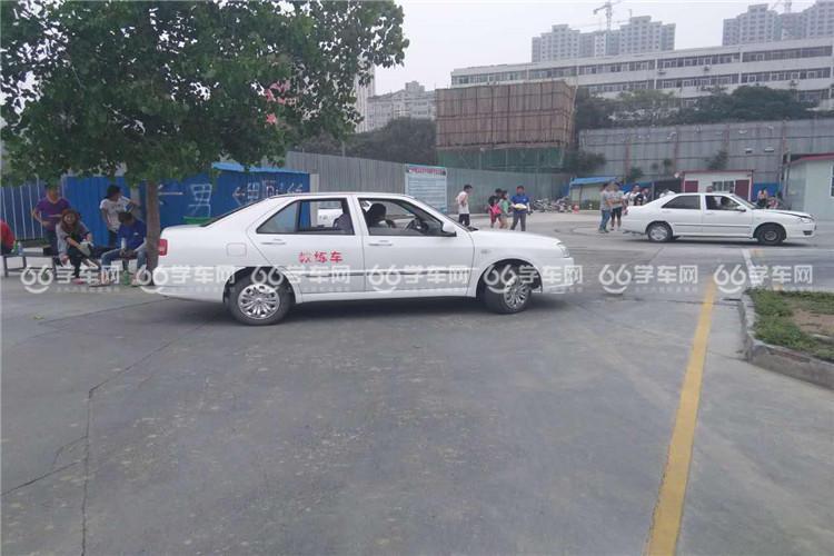 郑州远程驾校学员练车